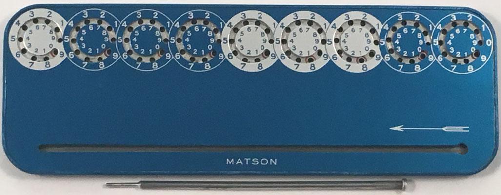 Machine á calculer MATSON color azul,  fabricada por Microtechnique Moderne Matson Brevete S.G.D.G., anverso, año 1949, 18x6 cm