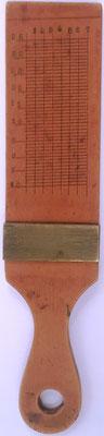 Reverso de la paleta transportador, se utiliza junto con el Sector para navegación y realización de cálculos (especie de nonio o escala de Pierre Vernier)