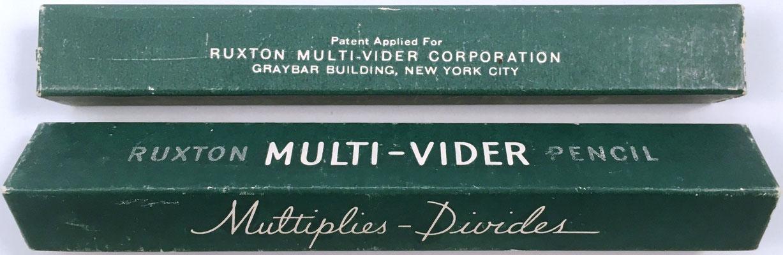 Caja para guardar la mini regla de cálculo porta-lápiz RUXTON MULTI-VIDER con sus inscripciones. En los años 50 fue fabricado también por VEB Makeba, Bautzen, RDA
