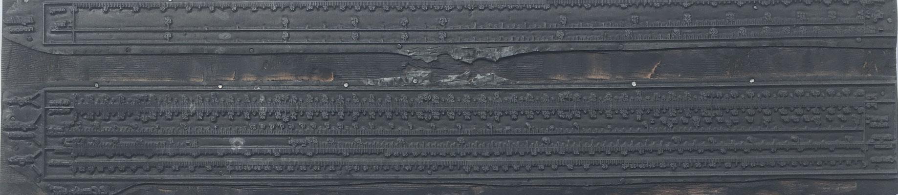 Cliché (matriz o plancha) de metal sobre base de madera para máquina plana de la Regla E. CONDE (modelo 1), 45x10.5 cm