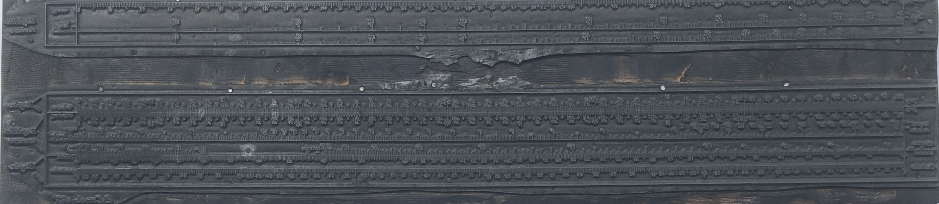 Cliché (matriz o plancha de imprenta) hecha en metal sobre base de madera para máquina plana de la Regla E. CONDE (modelo 1), 45x10.5 cm