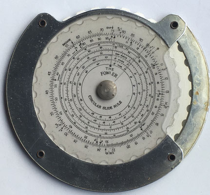 "The FOWLER ""JUNIOR"" circular slide rule, fabricado por Fowler's LTD Sale en Manchester (England), hacia 1950, 11.5 cm diámetro"