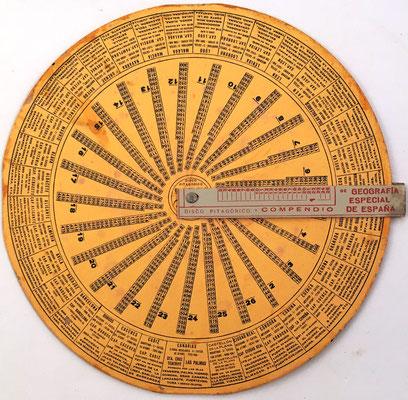 """Anverso: Disco Pitagórico """"EL INFALIBLE"""" y compendio de geografía especial de España, hacia 1920, 25 cm diámetro"""