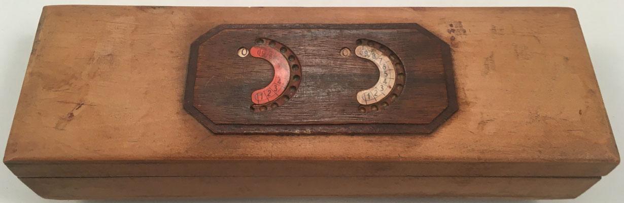 Estuche para lapiceros sin marca, con Regla Sumadora española (ábaco de círculos) en el exterior de la tapa, 20x7x4 cm