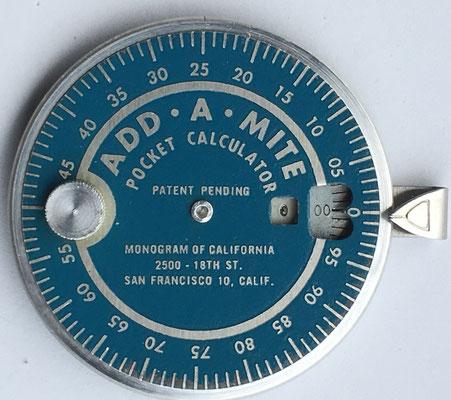Sumadora ADD-A-MITE, pocket adder, hacia 1950, 7 cm diámetro