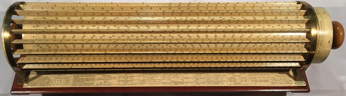 THACHER's Calculating Instrument, fabricada por Keuffel & Esser Co. en su factoría de Hoboken (New Jersey, USA), año 1897, 53x12 cm diámetro,  (precio estimado: 500€)