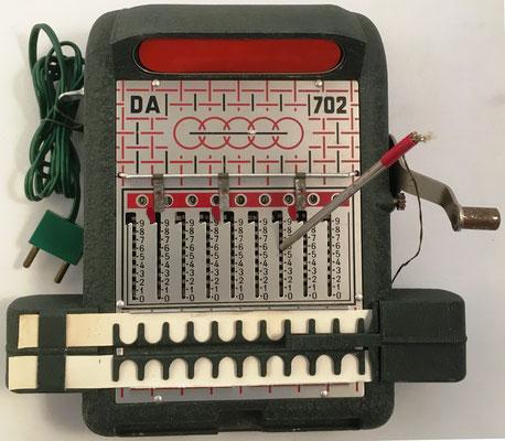 Sumadora manual DA-702 (el cable da luz a la pantalla roja), s/n 9301, año 1967, 23x25x10 cm