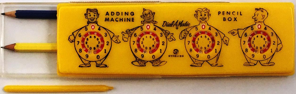 Estuche para lapiceros Sterling nº 565 DIAL-A-MATIC Adding Machine, con ábaco de círculos en la tapa del estuche, fabricado por Sterling Plastics, Union (New Jersey, USA), año 1950, 20x6 cm
