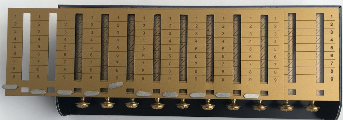 Réplica de la calculadora SCHOTT con mecanismo para multiplicaciones de varios dígitos