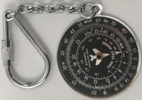 Llavero con mini-círculo de cálculo para pilotos de  aviación, hacia 1970, 4 cm diámetro