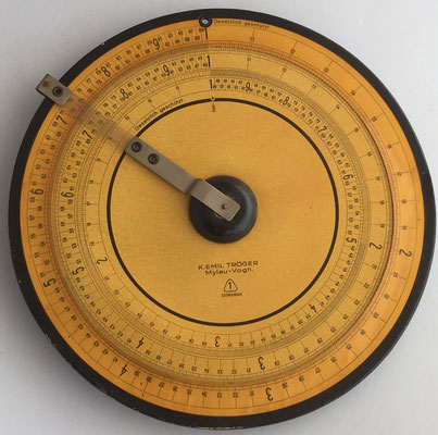 Círculo de cálculo K. EMIL TRÖGER, Mylau i. Vogtl. (im Vogtlandkreis, Alemania), modelo 1 (37/393/6004), hacia 1930, 28.5 cm diámetro
