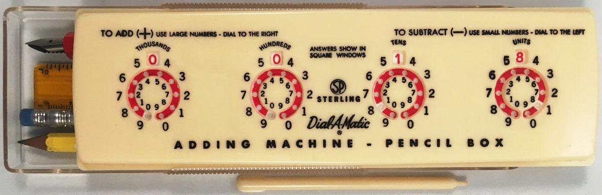Estuche para lapiceros Sterling nº 565 DIAL-A-MATIC Adding Machine, con ábaco de círculos en la tapa del estuche, fabricado por Sterling Plastics, Union (New Jersey, USA), año 1958, 20x6 cm