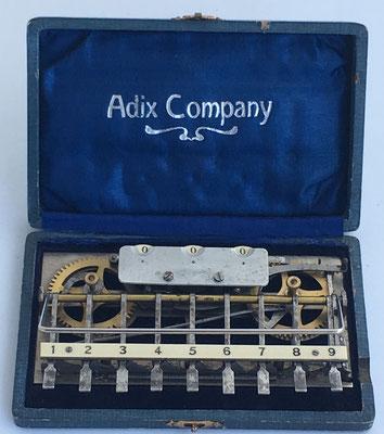 Sumadora ADIX modelo 4 (con placa base abierta y ruedas de bronce), hecha por Palweber & Bordt (Mannhein), s/n 20052,  con barra para decenas y palanca de puesta a cero, año 1903,  16x10 cm