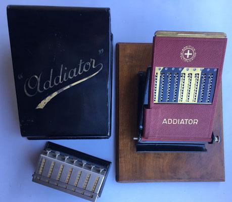 """Combinación separada de ábaco de ranuras """"ADDIATOR"""" con ábaco neperiano multiplicativo """"MULDIVI"""""""