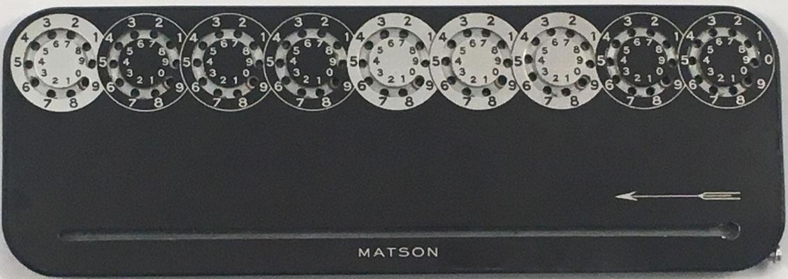 Machine á calculer MATSON color negro, fabricada por Microtechnique Moderne Matson Brevete S.G.D.G., anverso, año 1949, 18x6 cm