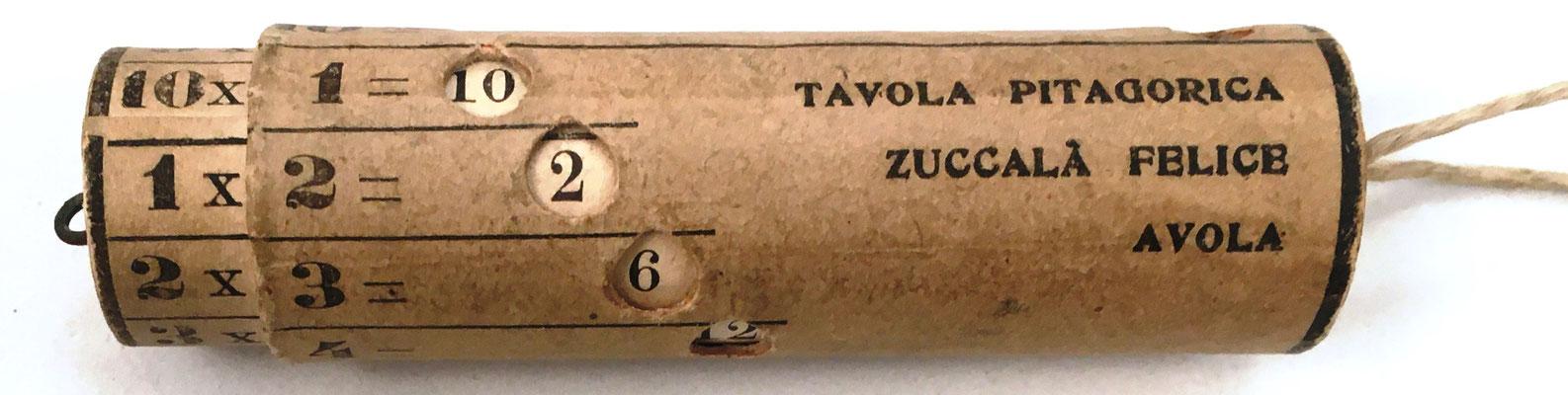 Pequeño cilindro pitagórico con las tablas de multiplicar, Felice ZUCCCALÁ (Avola, Siracusa, Italia), hacia 1908, 7.5 cm largo x 2 cm diámetro