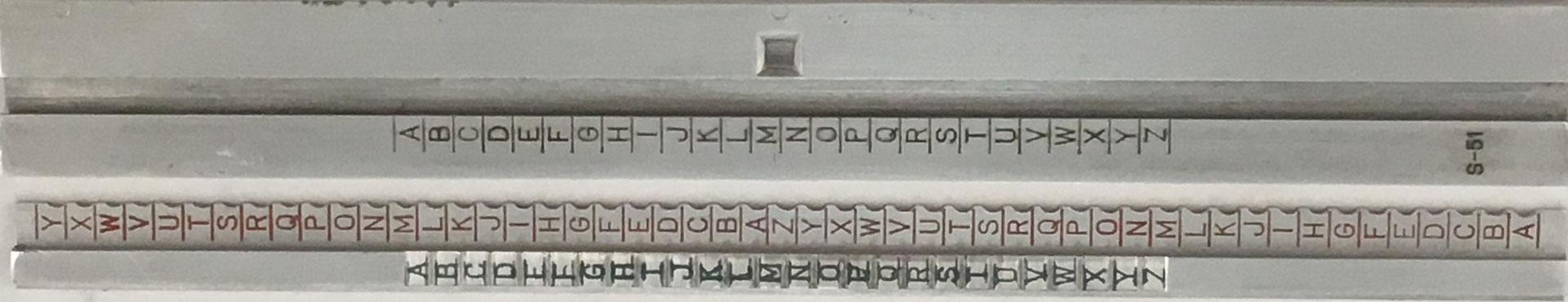 """Su funcionamiento está basado en el método de cifrado VIGENÉRE. Una ventana para cada letra """"clave"""" y 26 letras en la regla, 51 letras en la reglilla"""