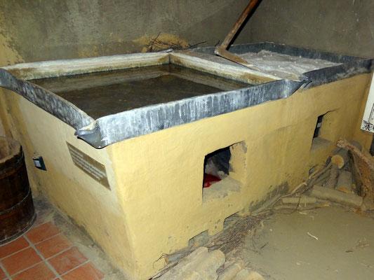 Rekonstruktion eines mittelalterlichen Siederaumes. Aus ca. 50 Liter Sole konnten 17 kg Salz gesiedet werden