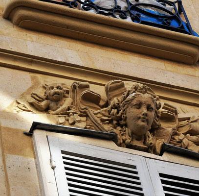 Mascaron au-dessus d'une fenêtre dans le 10ème arrondissement de Paris