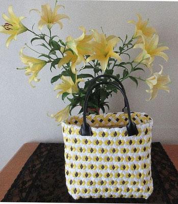庭に咲いたユリにちなんで「結び亀甲のバッグ」