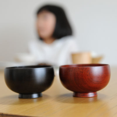 日本の食卓にしっくりくるデザイン(写真は黒と赤のお色になります)