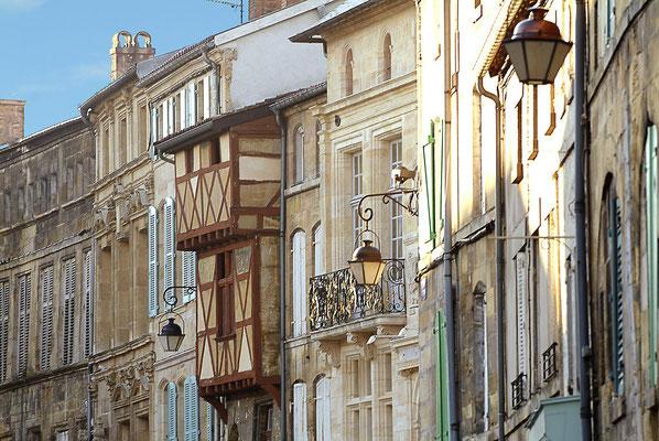 Belles maisons  de différentes époques, le tribunal...place Saint Pierre