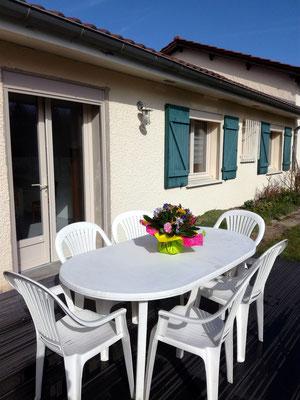 Terrasse ensoleillée le matin pour le petit déjeuner.