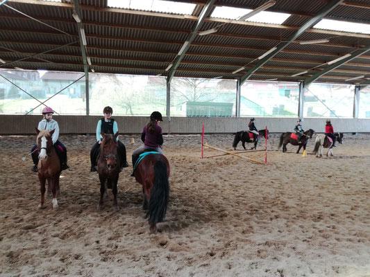Des enfants en cours d'équitation.