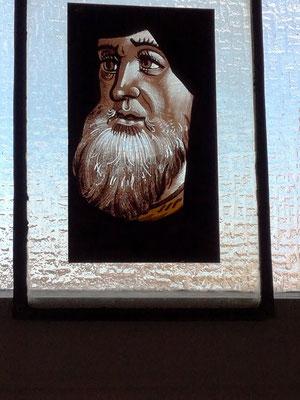Personnage peint  sur verre.