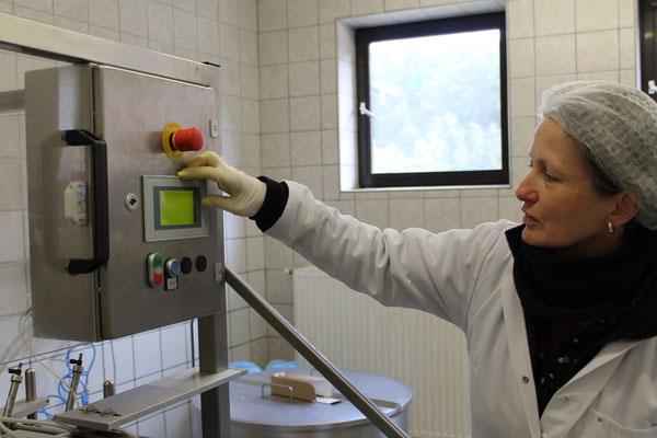 Ein Schnappschuss unserer Milchexpertin während der Produktion.