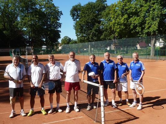 Die Gäste vom TC Holzminden (links vom Netz) mit den Gastgebern aus Bad Lauterberg.