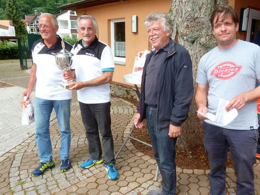 Die Sieger aus Seesen: v.li.: Gerhard Wagner und Wolfgang Bertram mit dem Vors. Gero Fröhlich und dem Spielleiter Timo Fröhlich