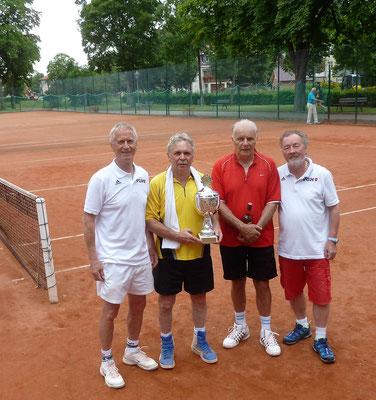 Siegerehrung vorgenommen von Klaus-Dieter Jahn vlks. an Frank Roth und Bernd Watterott, daneben Pokalstifter und TN Wolfgang Lange