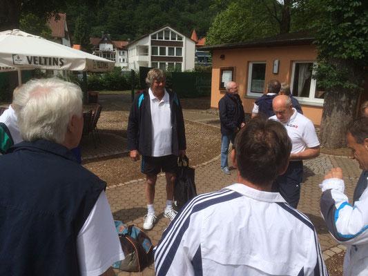 Harald Fieker bei der Bekanntgabe der Begegnungen