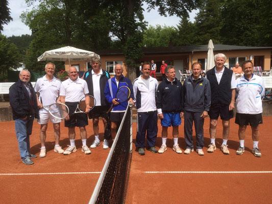 Die Mannschaften des (links) TC Bad Lauterberg und (rechts) TC RW Osterode