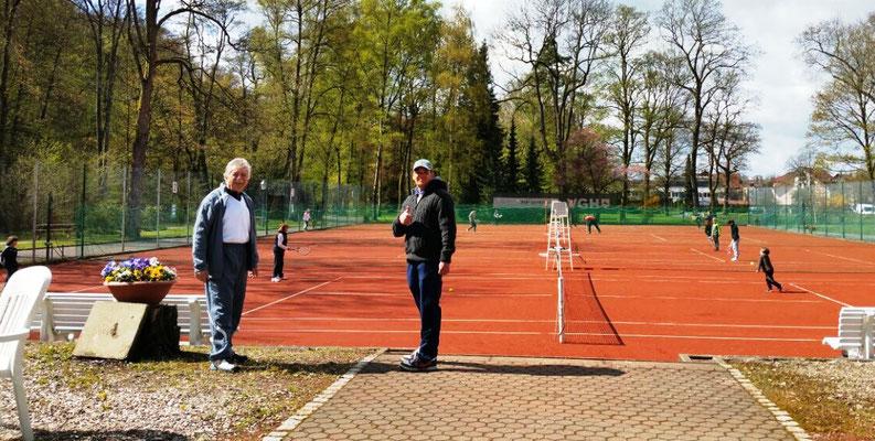 Gero (1. Vors.) und Timo Fröhlich (Jugendwart) haben den Daumen zur Saisoneröffnung hoch