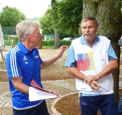 Die MF Otto Matzenauer u Klaus Herrmann (Weende) verkünden die Mannschaftsaufstellung