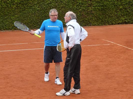 Peter Lehnen (links) und Karl-Heinz Ziegenbein sprechen sich im Matchtiebreak ab…