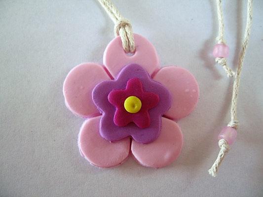 3 cm, Bändel kann mittels Gleitknoten auf jede Länge (max 60 cm) eingestellt werden. Am jedem Ende hat es eine rosa Glasperle.