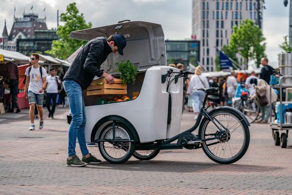 Mit dem Lastenrad transportiert die Tafel in Bayern Lebensmittel zu Bedürftigen