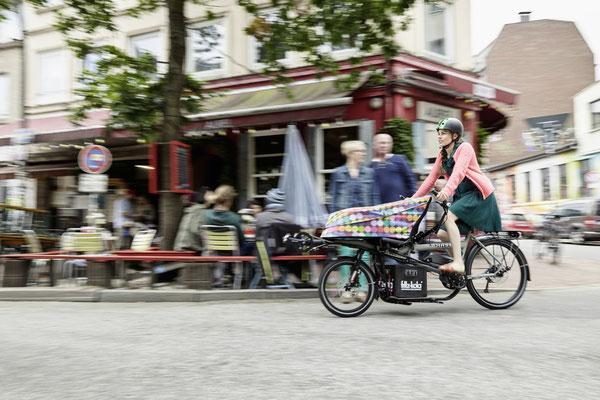 Frau auf dem Lasten e-Bike von HASE BIKES