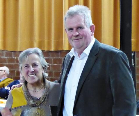 Horst Nennmann ehrt Regina Sievers für den besonderen Einsatz für den Verein