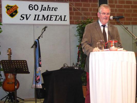 Der 1. Vorsitzende Horst Nennmann begüßt die Gäste