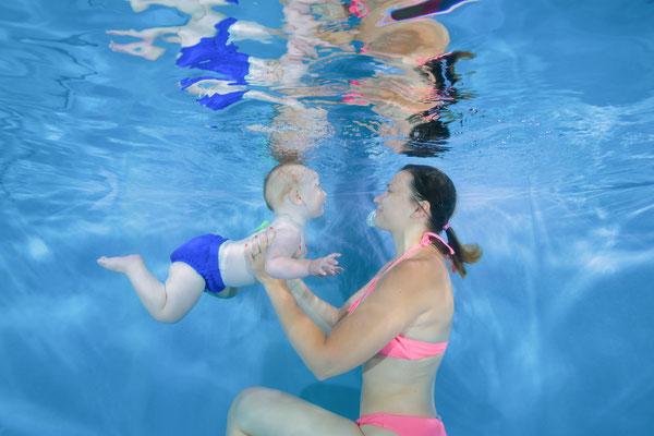 Babyschwimmen Familien Bild