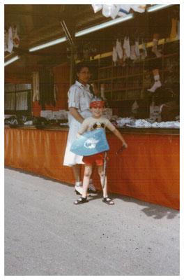 Jane und Oliver Gerlach vor dem Verkaufsanhänger.