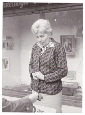 Irmgard Gerlach, Vinzenz Lebensgefährtin, beim Verkauf.