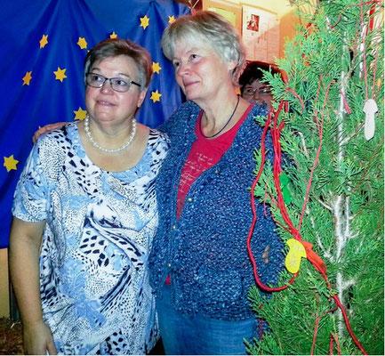 """""""Wunschbaum"""" - Erika Ostrowski und Ingrid Aszmutat mit dem Abschiedsgeschenk des Kollegiums: eine Zypresse mit guten Wünschen"""