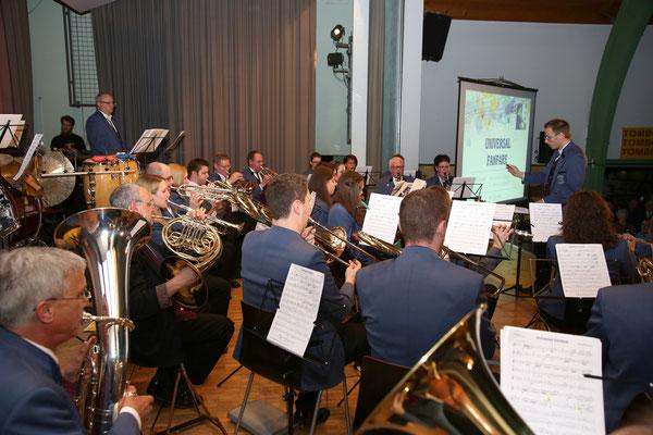 Auftakt zum 2. Konzertteil; MVU mit dem Stück «Universal Fanfare»; Jubiläumskonzert «125 Jahre MGK» 02.04.2016 MGK und MVU (D); Foto: Ruedi Hunziker, Atelier Lightning, Kölliken
