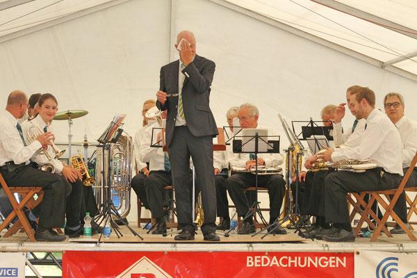 Konzert im Festzelt auf dem Dorfplatz am Sommernachtsfest vom 18. August 2019; schweisstreibend!