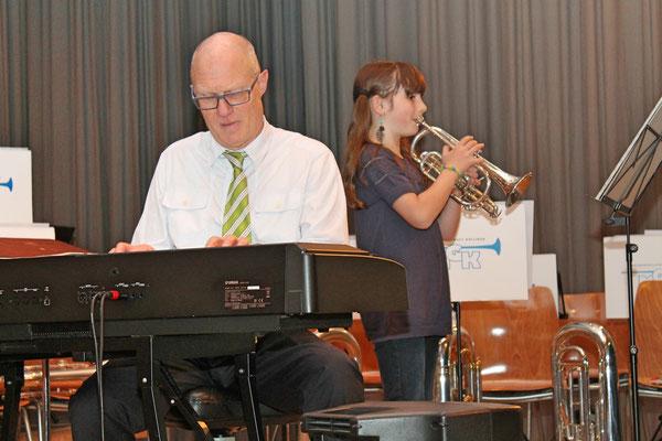 Hansjörg Ammann (Elektropiano), Musikschülerin Annamaria Gamp (Trompete); Jahreskonzert 28. März 2015 in der Mehrzweckhalle Kölliken